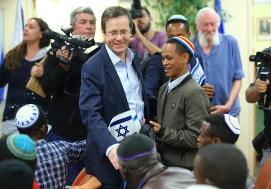 Jewish Agency head Isaac Herzog welcomes Ethiopian immigrants