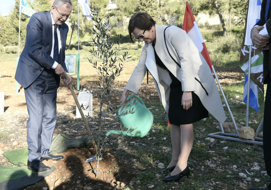 President of Austria plants tree in Grove of Nations
