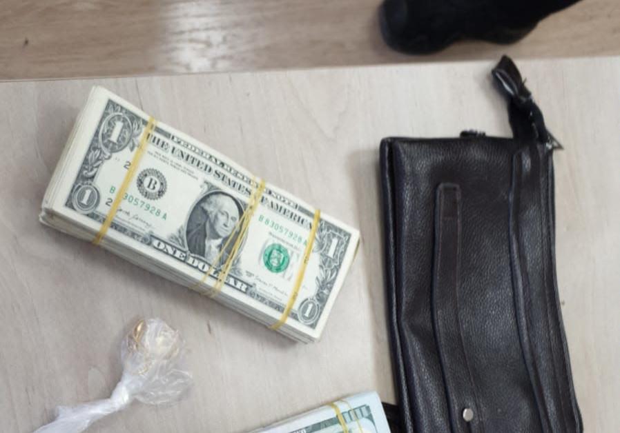 Police return stolen money to tourist before his  flight.