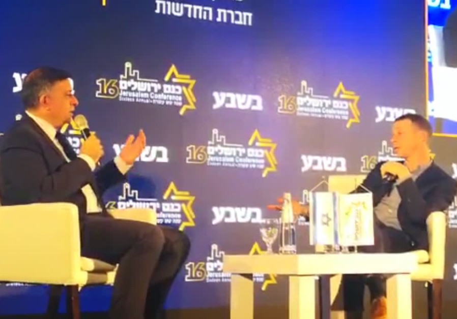 Avi Gabbay (L) at a conference, February 12th, 2019