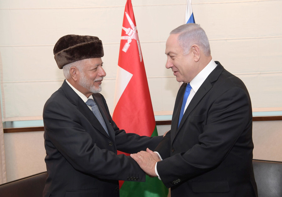 Prime Minister Benjamin Netanyahu (R) and Omani Foreign Minister