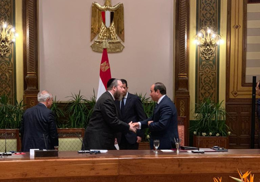 CAIRO MEETING: Ezra Frieldander (center) shakes hands with Egyptian President Abdel Fattah el-Sisi (right) after inviting him to a ceremony in Washington this fall where the US Congressional Gold Medal will be posthumously bestowed on slain Egyptian president Anwar Sadat.
