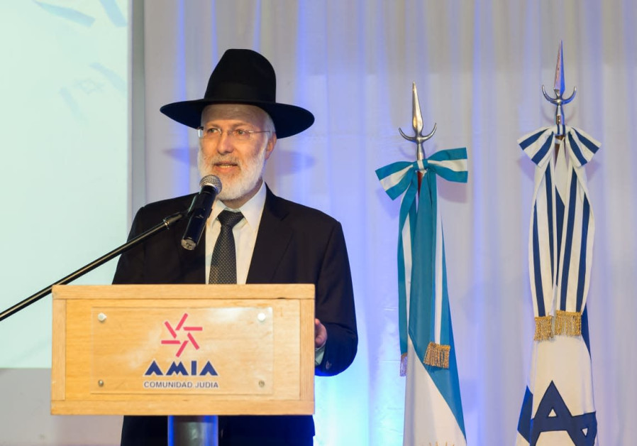 Chief Rabbi of Argentina violently beaten in his home .