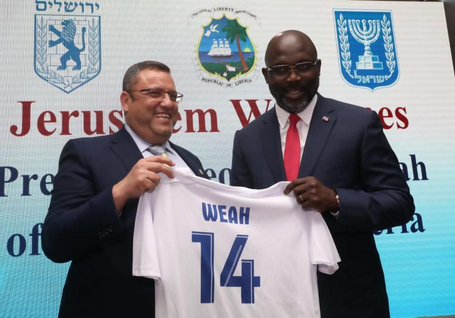 Moshe Leon hostins Liberian President George Weah.