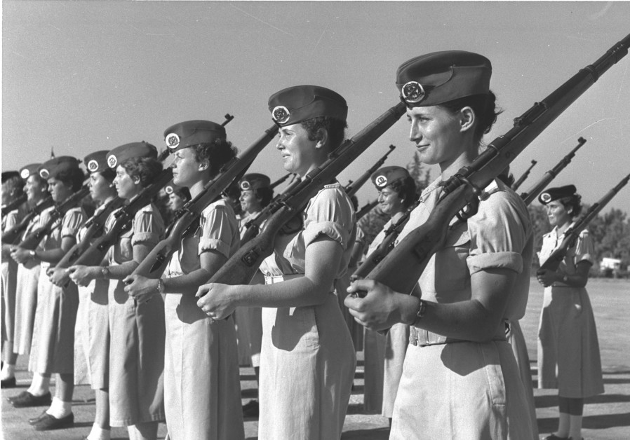 Graduates of an Israel Defense Force officers course. First on right Yael Dayan, August 1, 1957. Credit: GPO archive.