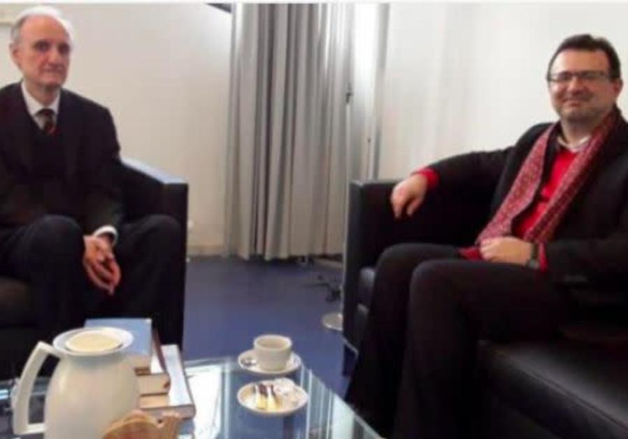 Prof. Dr. Peter Schäfer (left) speaks to Seyed Ali Moujani (right)