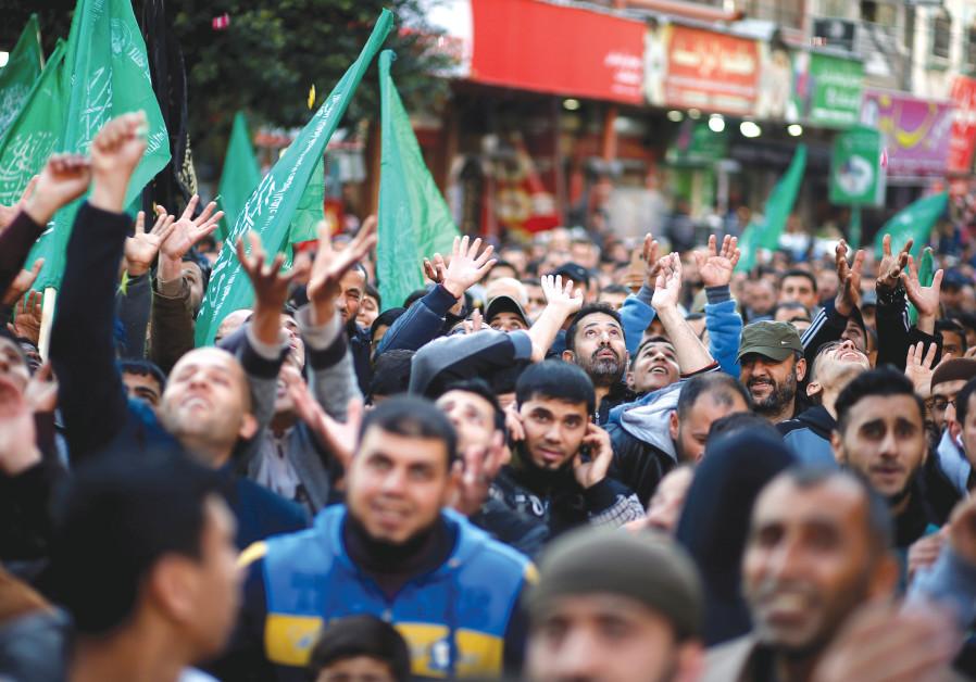 LOS APOYADORES HAMAS PALESTINOS en Gaza celebran el ataque terrorista de Ariel, a principios de esta semana