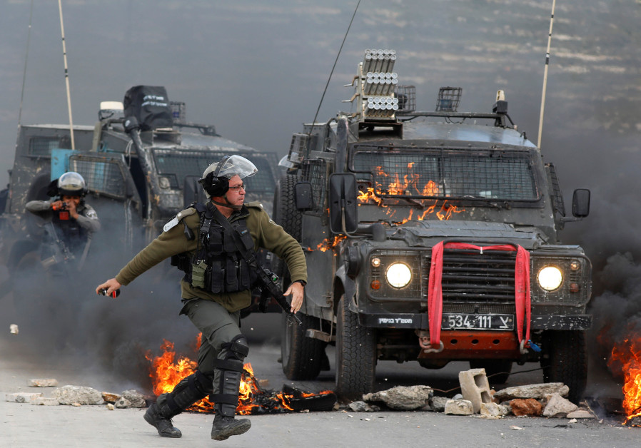 Israeli border police throws tear gas during clashes near Ramallah (REUTERS/Mohamad Torokman)