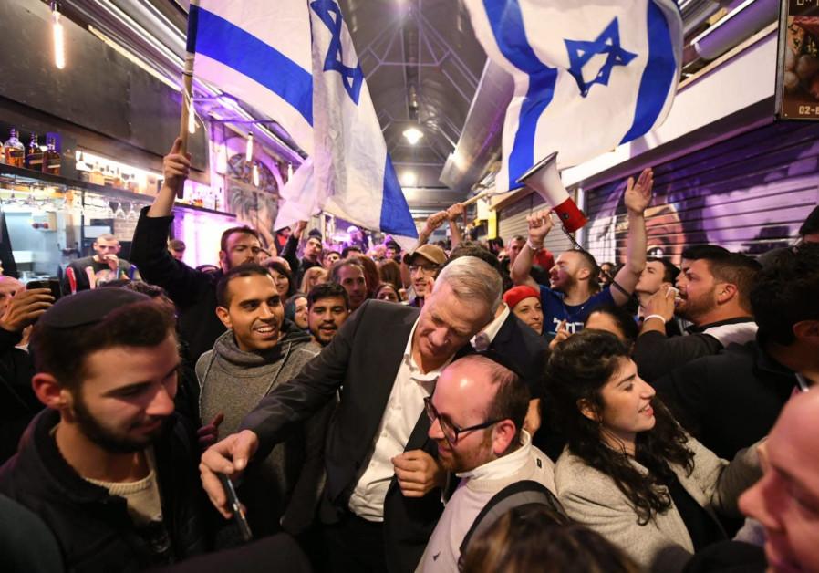 Benny Gantz paints Mahane Yehuda 'Blue and White'