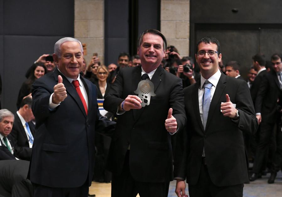 Benjamin Netanyahu (R) e Jair Bolsanaro (C) em um fórum de negócios no Hotel David Citadel de Jerusalém