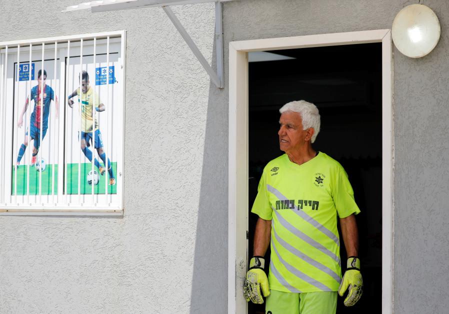 Israeli soccer star becomes world's oldest player, breaks Guinness record