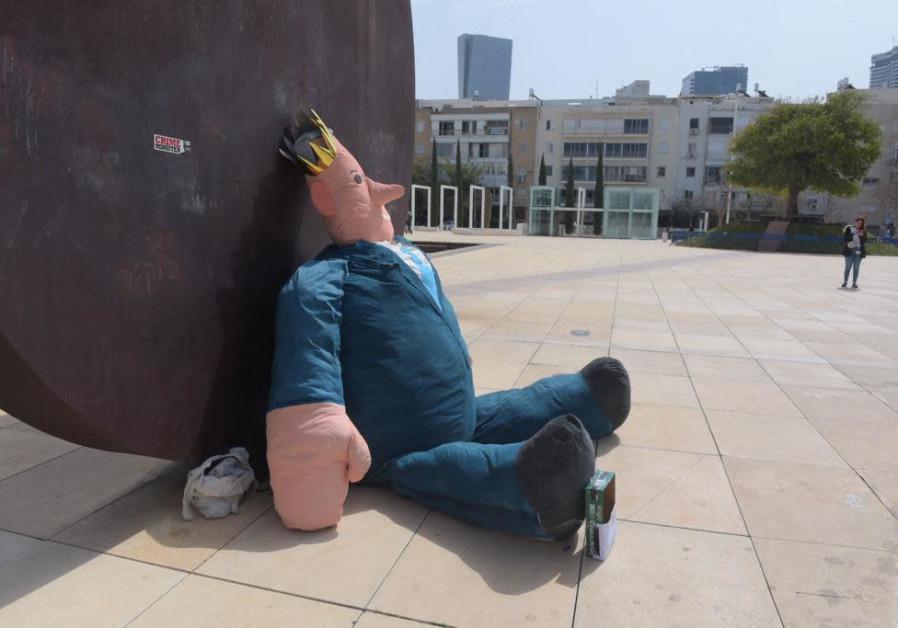 Sderot students place 'goodbye' Netanyahu doll in Tel Aviv