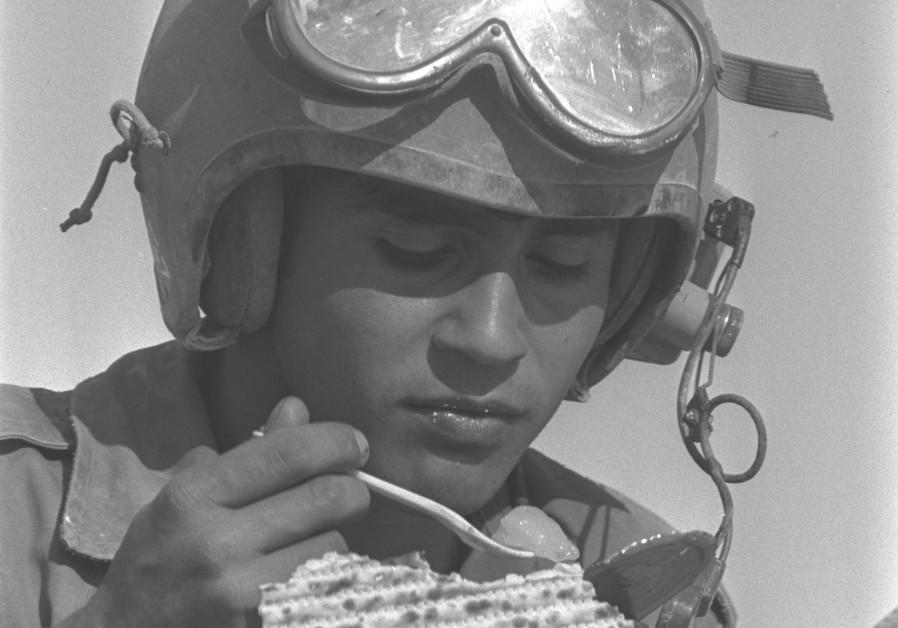 IDF artillery soldier eats matzah in 1975