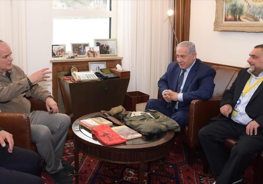 Benjamin, Ido Netanyahu receive brother Yoni's army items after 40 years