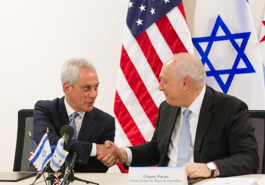 Chicago Mayor Rahm Emanuel and Peres Center Chairman Chemi Peres sign a memorandum of cooperation