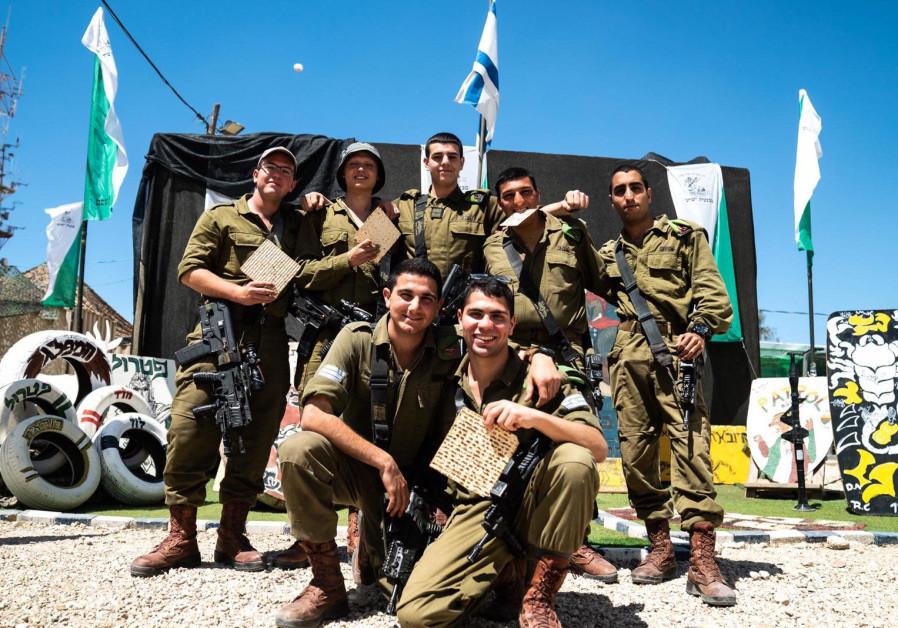 IDF soldiers eat matzah