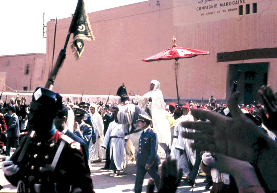 HASSAN II, roi du Maroc, se rendait à la prière du vendredi à Marrakech en 1966. Au début des années 1960, entre 50 et 200 dollars par juif étaient transférés sur des comptes bancaires suisses aux dirigeants marocains afin de permettre à ces juifs de partir - avec une estimation le coût total atteint des centaines de millions (Crédit: Wikimedia Commons)
