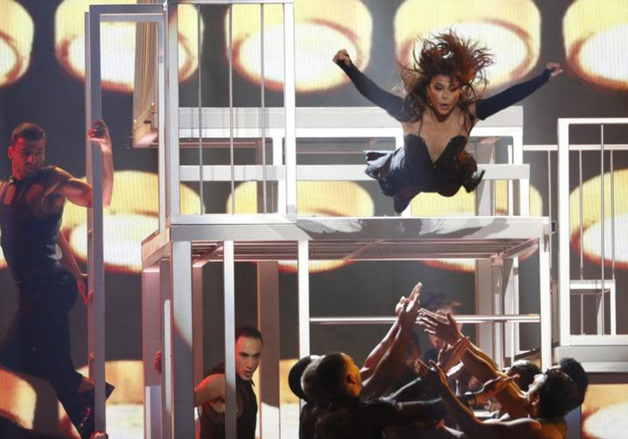 Paula Abdul stuns crowd with performance in memory of her