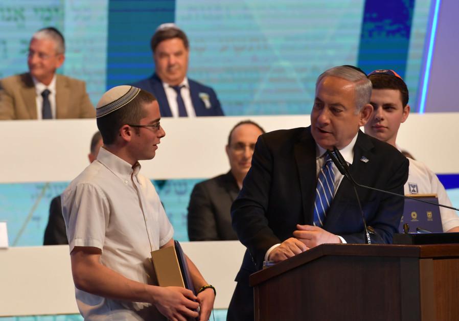 Yonatan Weissman with Prime Minister Benjamin Netanyahu after he won the World Bible Contest, 2019.