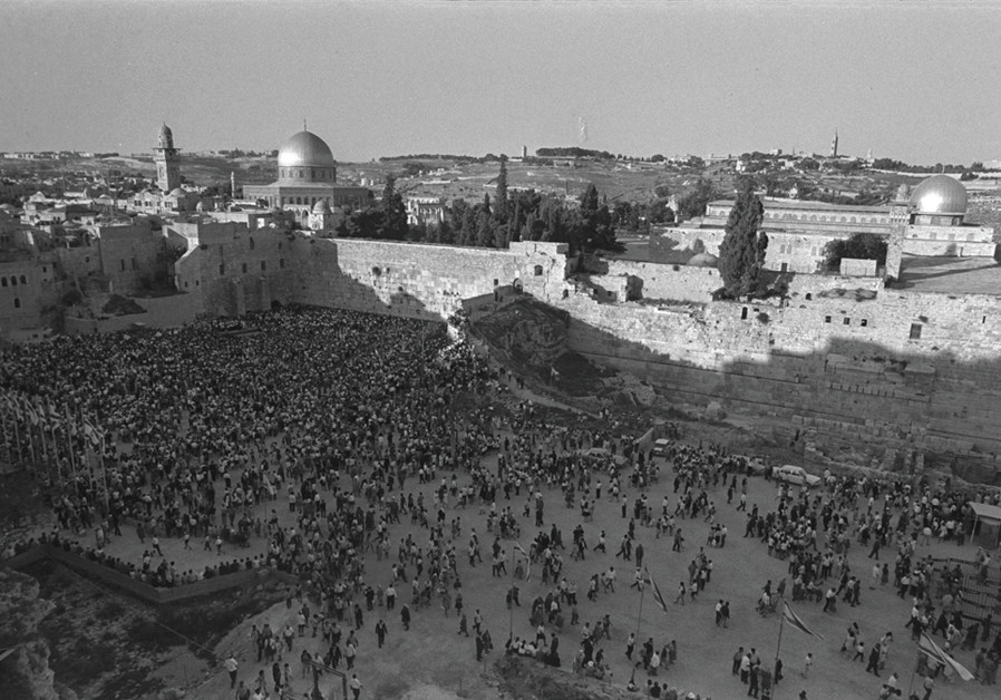 Jews gather at the Western Wall on the eve of a holiday in 1971. (Credit: MOSHE MILNER / GPO)