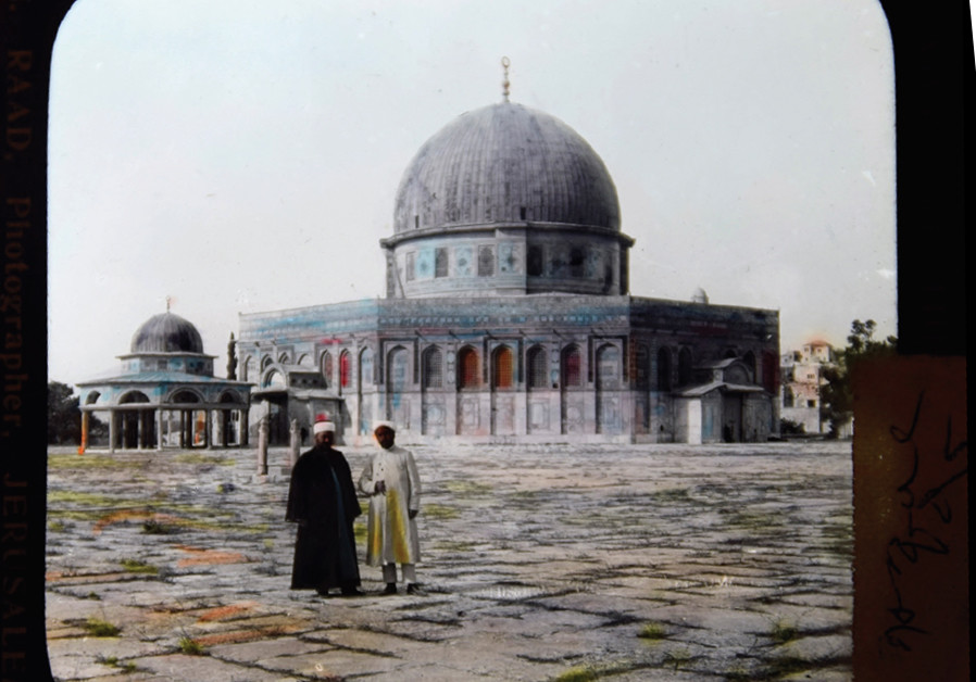 One of the first color photographs showing Muslim worshippers outside the Dome of the Rock a century ago. (KHALIL RAAD / BUKI BOAZ COLLECTION)