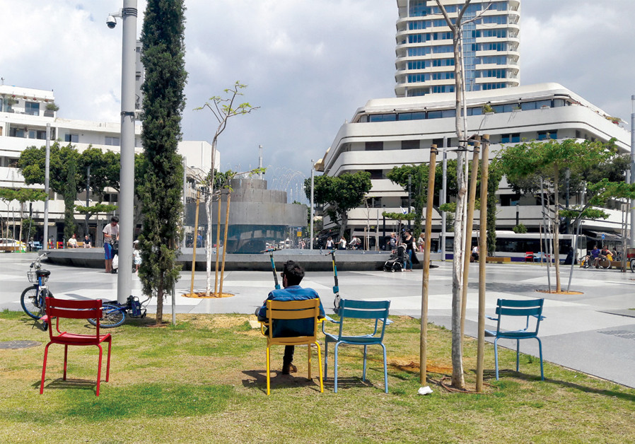 DIZENGOFF SQUARE (seen in 1964 at left and today at right) is being restored to its former glory. (Credit: RUDI WEISSENSTEIN/THE PHOTOHOUSE)