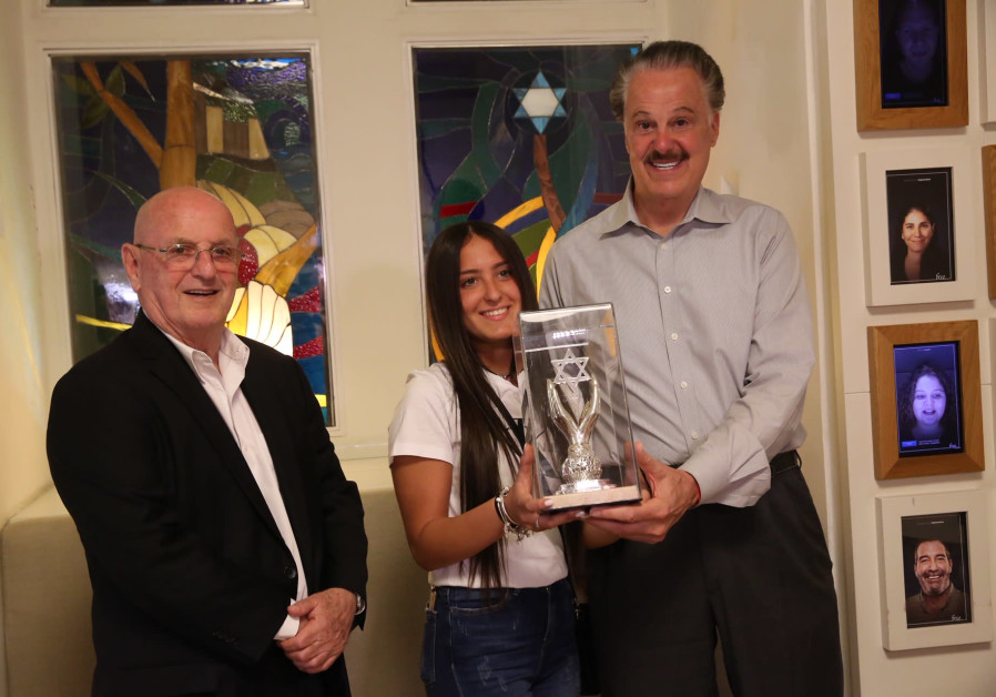 Gali Mel from Eilat's Begin High School received the award from Friends of Zion founder Mike Evans