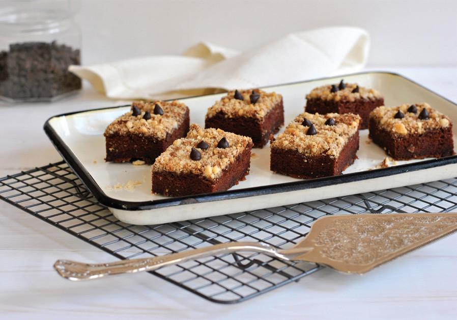 CHOCOLATE CAKE WITH ALMOND AND CINNAMON CRUMBLE (Credit: PASCALE PEREZ-RUBIN)