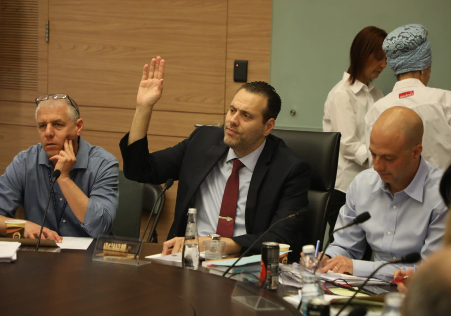 MK Miki Zohar voting in favor of his bill to cancel limitation on number of ministers