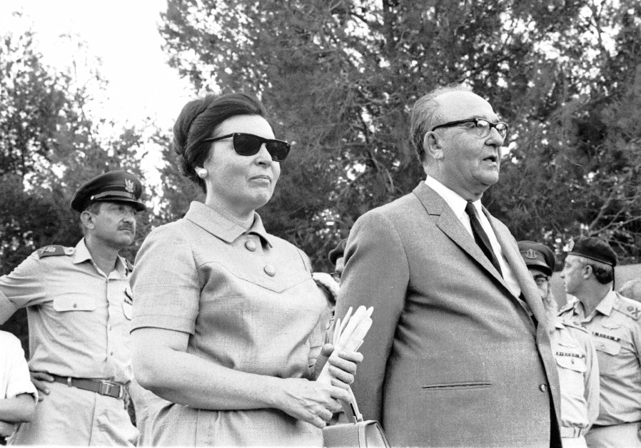 PM Levy Eshkol and wife arriving to the IDF exhibition