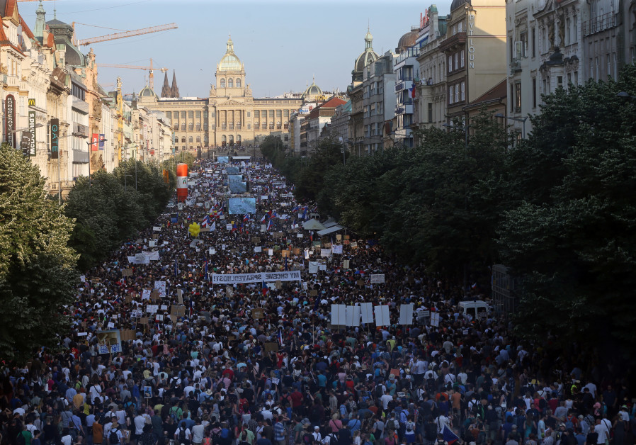 120,000 Czechs protest, call on PM to resign due to corruption