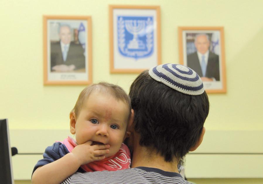 New immigrants from Ukraine arrive at Ben-Gurion Airport (Credit: SAM SOKOL)