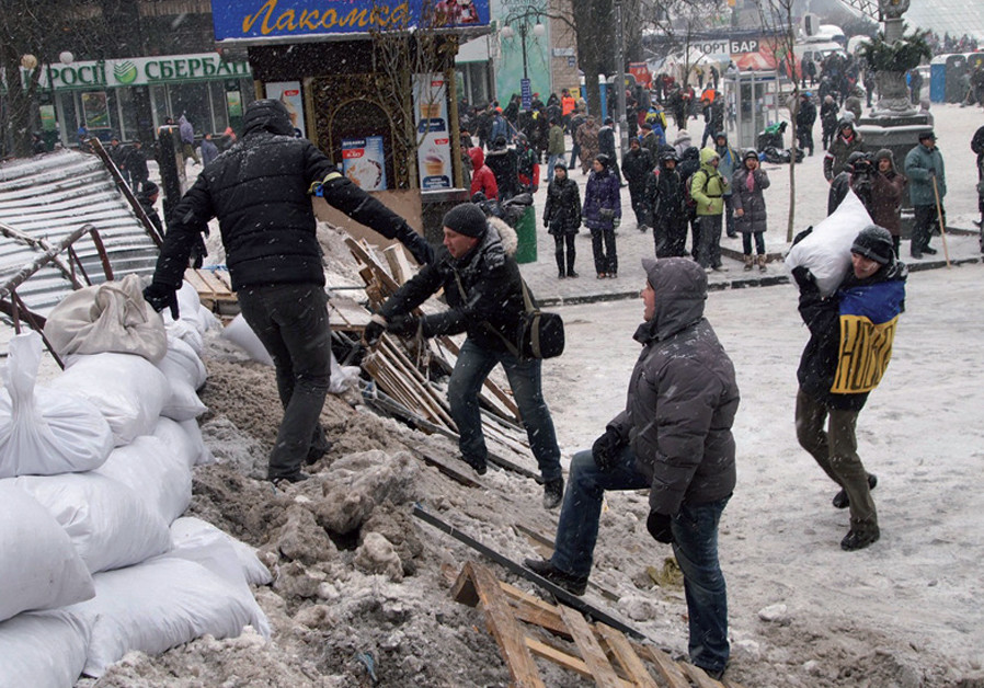 Anti-government protesters erect a barricade in central Kiev during the Euromaidan revolution (Credit: SAM SOKOL)