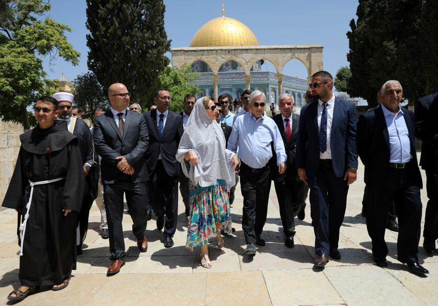 The Dome of the Rock is seen in the background as Chilean President Sebastian Pinera and his wife Ce