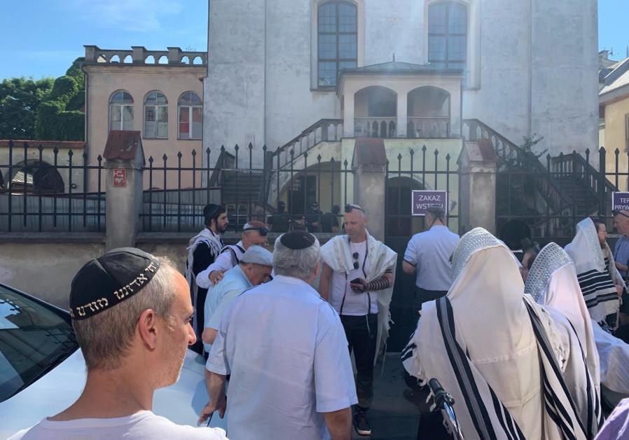 Chief Rabbi of Israel, UOJ, RCA stand behind Chabad Rabbi in Krakow