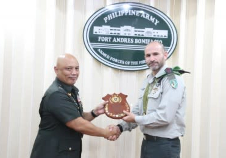 IDF Col. Dan Goldfus receives plaque in the Philippines. (Philippine Army Public Affairs Office)