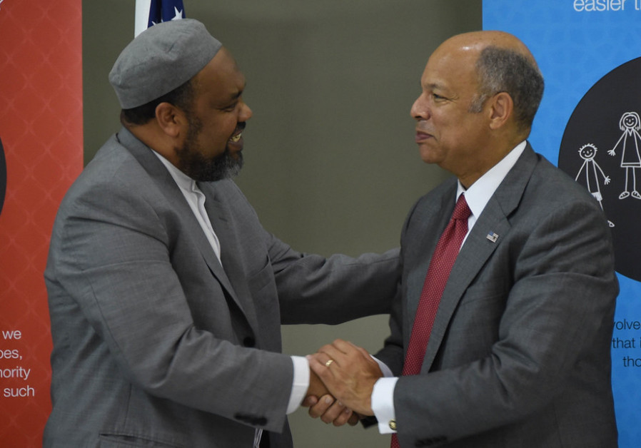Imam Mohamed Magid (L) meets with the then-Secretary of Homeland Security Jeh Johnson, June 2015