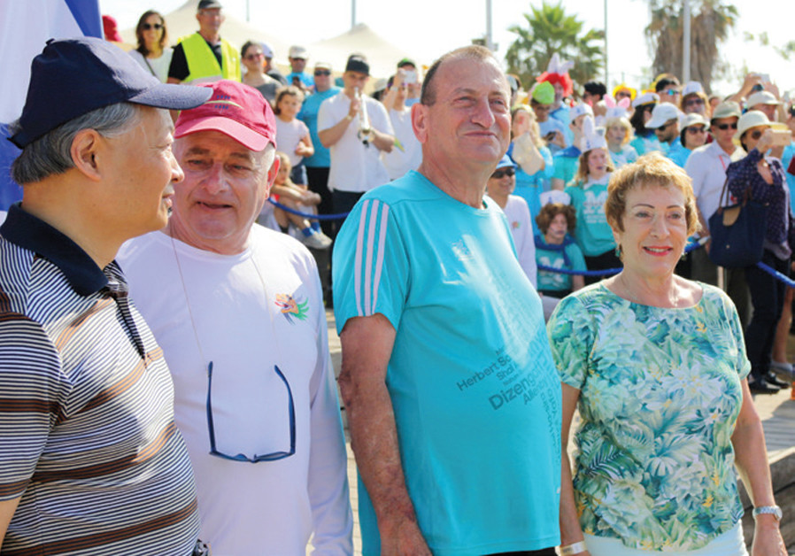 LINDA STREIT (right) takes in the 2017 Dragon Boat festival, with (second from left to right) Tel Aviv Mayor Ron Huldai, Daniel Rowing Centre manager Eitan Gluzman and Chinese Ambassador Yung Sin. (Ravid Avraham)