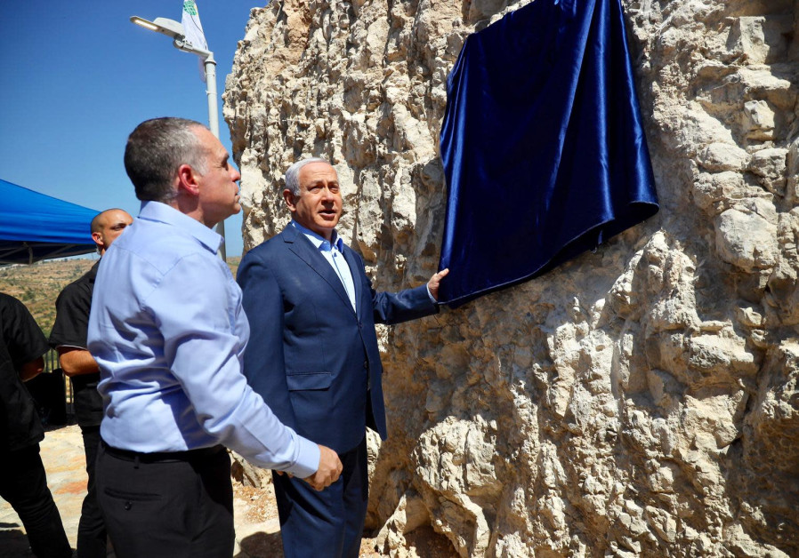 Efrat Council head Oded Revivi and Prime Minister Benjamin Netanyahu unveil a plaque in Efrat. (IGOR USDACHI)