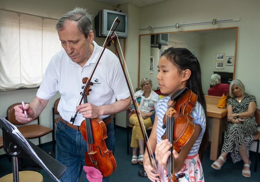 Leia Zhu and Itzhak Rashkovsky rehearse at the Keshet Eilon String Masterclasses.