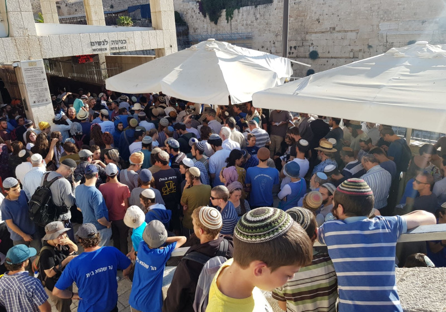 Thousands of visitors gather at the entrance to Temple Mount in attempt to pressure the police in to