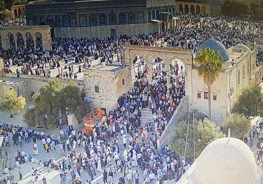 Muslim worshippers on Temple Mount as police bars Jewish entrance on Tisha Be'av