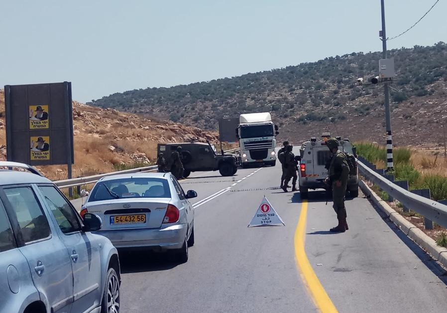 Os bloqueios IDF colocados como forças varrem a área para encontrar o terrorista Ein Bubin
