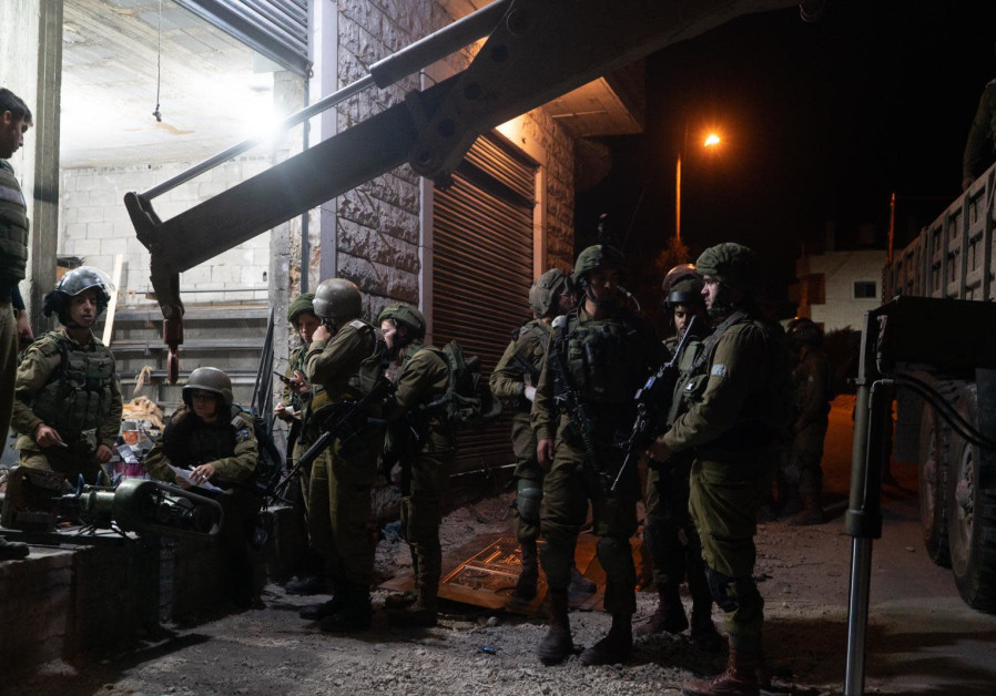 IDF forces confiscate a lathe for manufactoring weapons in the West Bank