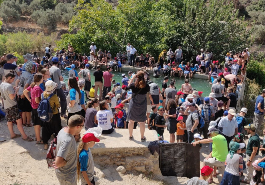 Israelis at the Ein Bubin spring a week after Rina Shnerb was killed in a terror attack