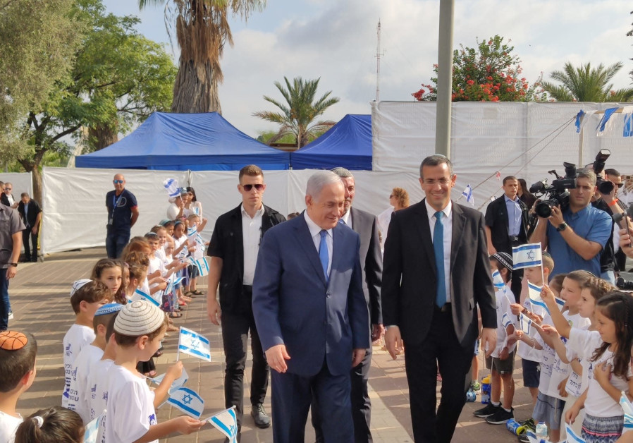 Prime Minister Benjamin Netanyahu with Elkana municipality head Asaf Mintser, 2019.