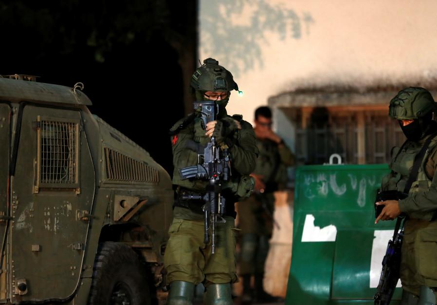Tropas israelenses são vistas na vila israelense de Avivim, no norte, perto da fronteira com o Líbano,