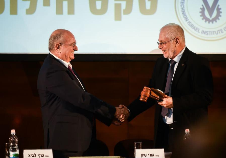 Prof. Peretz Lavie (left) hands over the presidential gavel to Prof. Uri Sivan.