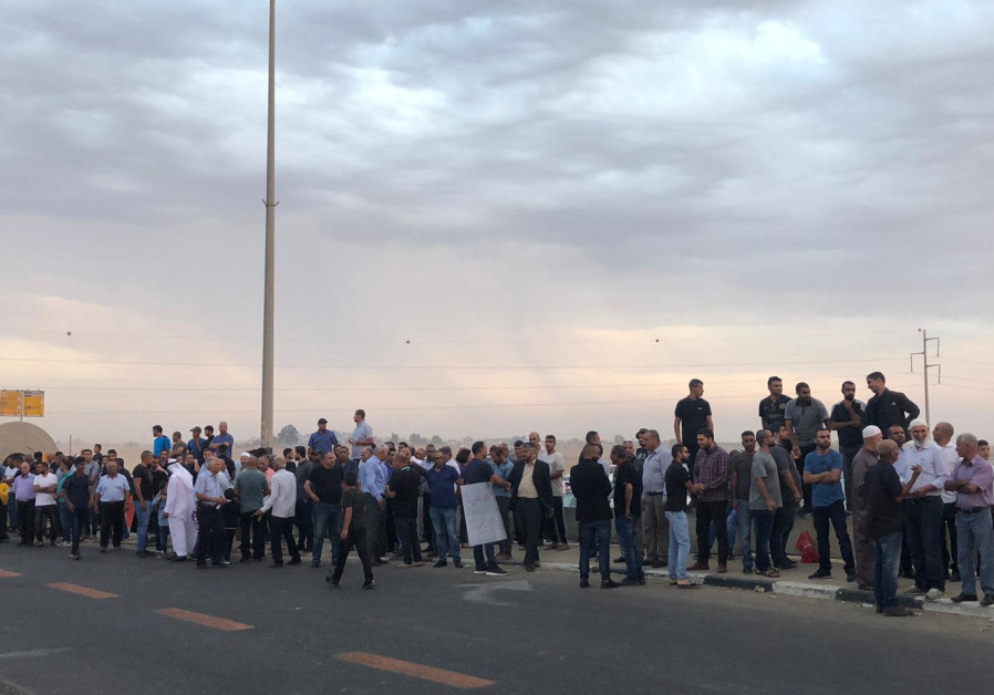 Arab protesters block junction in Negev, plan to launch hunger strike