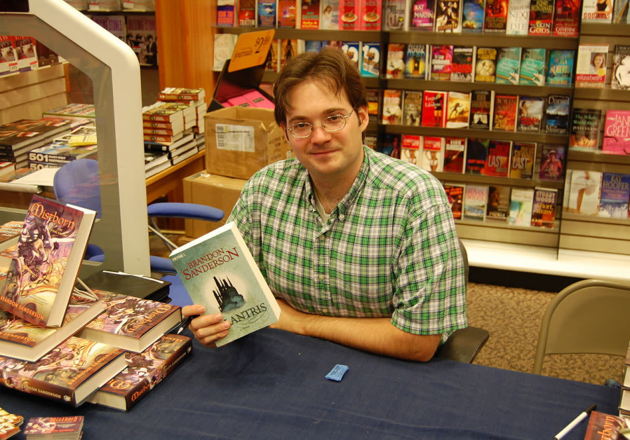 On the throne of Israeli geeks: Writer Brandon Sanderson honored at ICon